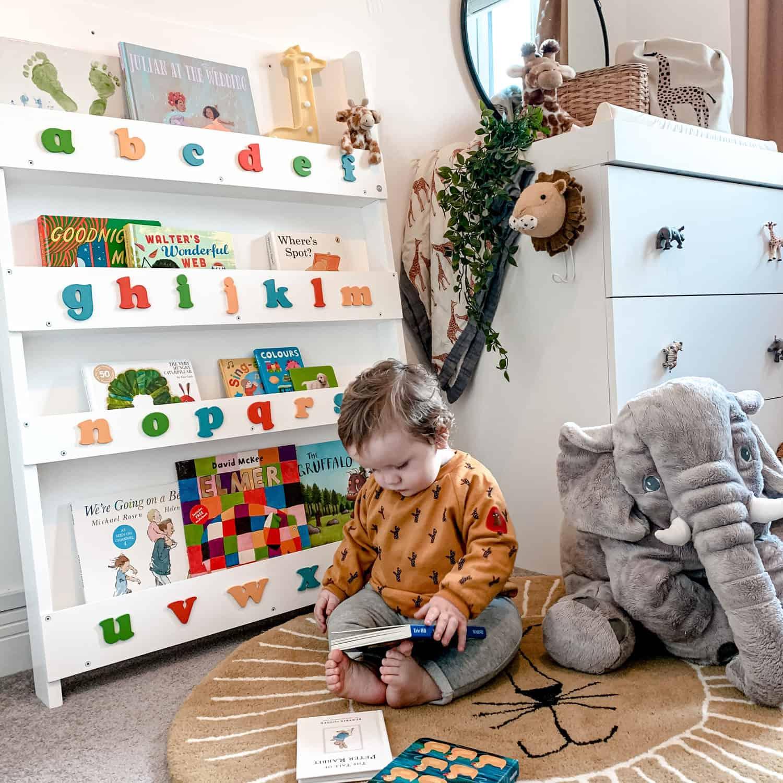 Babys mögen Bücher eher als man denkt. Sie brauchen nur Babybücher und ein Tidy Books Bücherregal